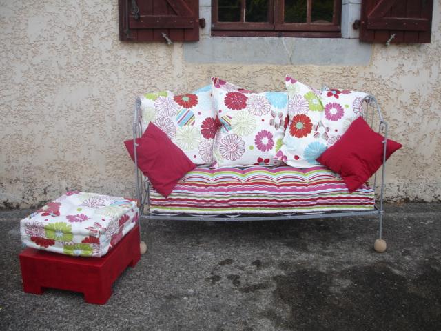 atelier idiartia blog archive canap en fer forg et son pouf en laine et carton. Black Bedroom Furniture Sets. Home Design Ideas